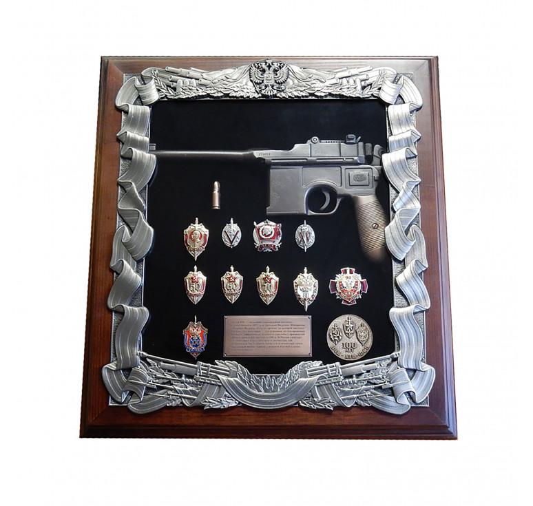 Панно с пистолетом Маузер и знаками ФСБ