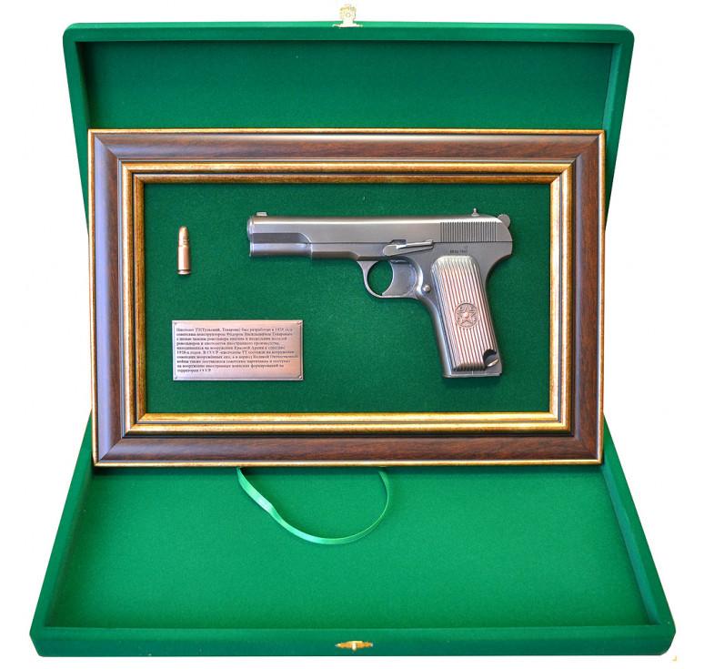 """Панно с пистолетом """"ТТ"""" в подарочной коробке"""